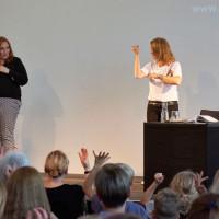 lit.RUHR 2018: Gebärdensprachdolmetscherin Kira Knühmann-Stengel zusammen mit Annette Frier  © Palazzo